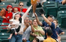 Mom catches foul ball like a boss
